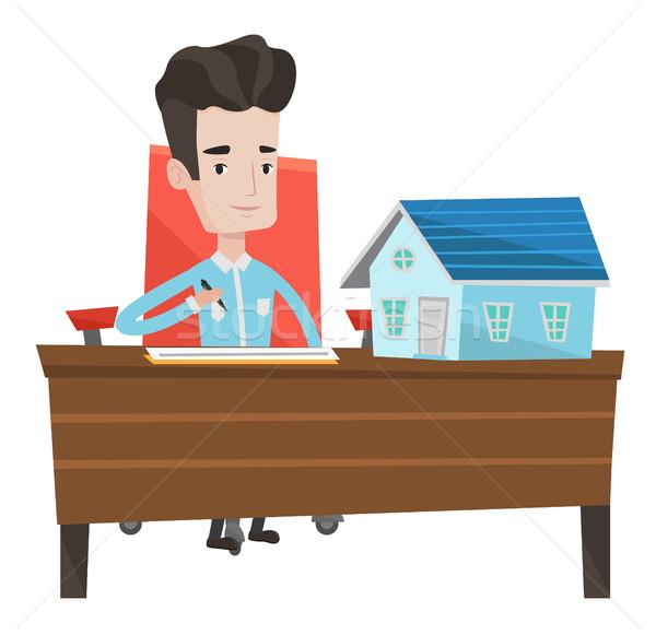 Agente immobiliare firma contratto seduta ufficio casa Foto d'archivio © RAStudio