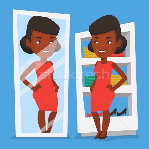 Mujer ropa vestidor jóvenes mirando feliz Foto stock © RAStudio