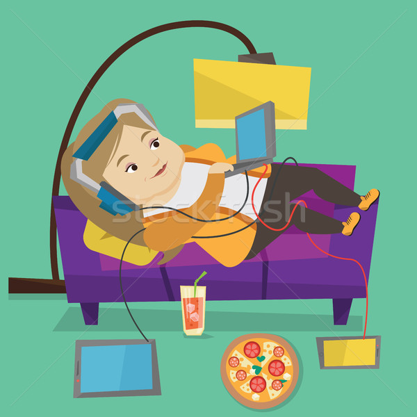 Stockfoto: Vrouw · sofa · veel · gadgets · kaukasisch · vet