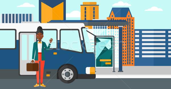 Foto stock: Mulher · em · pé · ônibus · entrada · porta · parada · de · ônibus