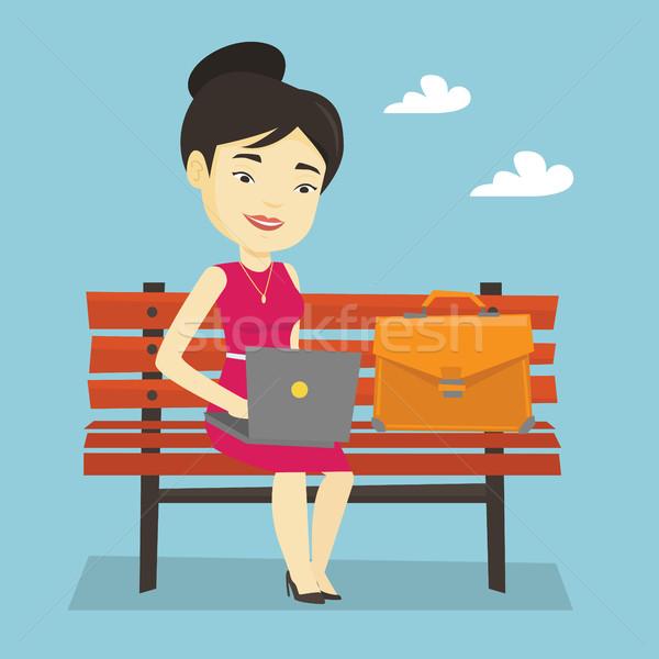 Сток-фото: деловой · женщины · рабочих · ноутбука · Открытый · азиатских · счастливым