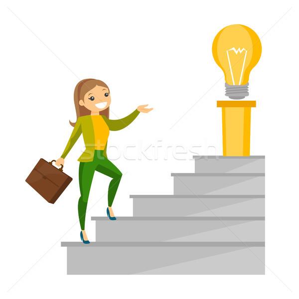 Zakenvrouw lopen naar boven idee lamp jonge Stockfoto © RAStudio