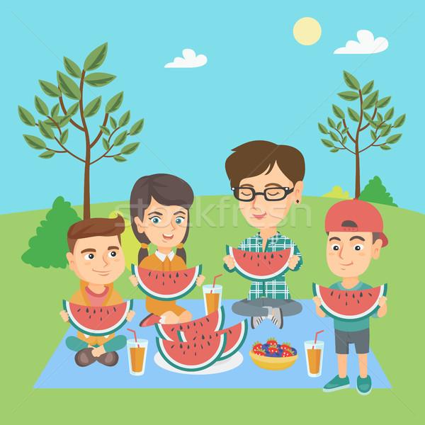 Madre ragazzi mangiare anguria parco giovani Foto d'archivio © RAStudio