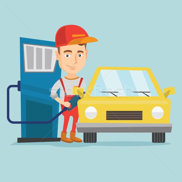 Werknemer vulling omhoog brandstof auto tankstation Stockfoto © RAStudio