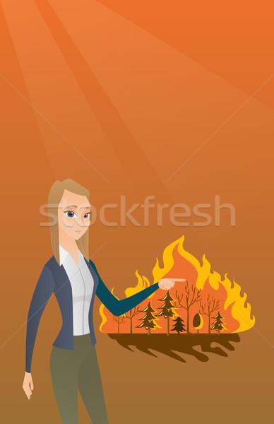 Mulher em pé fogo caucasiano indicação incêndio florestal Foto stock © RAStudio
