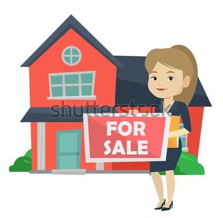 Młodych kobiet pośrednik w sprzedaży nieruchomości oferowanie domu asian Zdjęcia stock © RAStudio