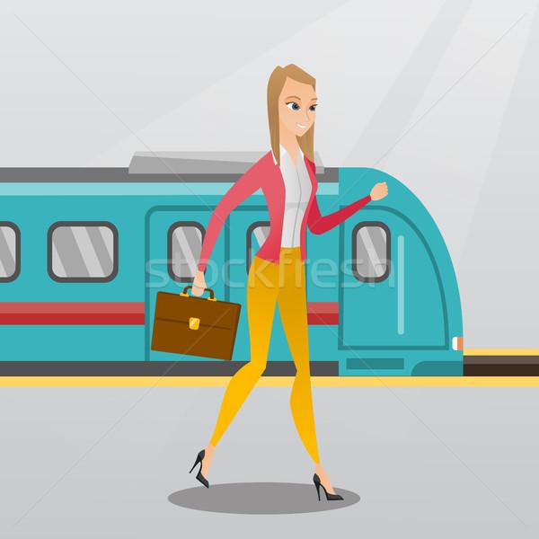 Jonge vrouw lopen treinstation jonge kaukasisch Stockfoto © RAStudio
