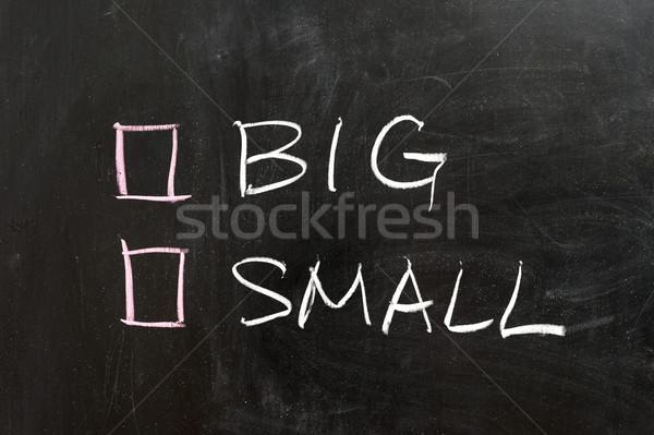 Büyük küçük seçenekleri kara tahta tahta kavram Stok fotoğraf © raywoo