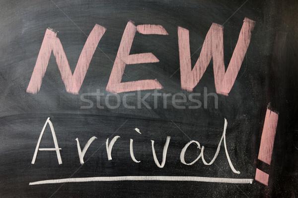 Nieuwe aankomst woorden geschreven schoolbord schrijven Stockfoto © raywoo