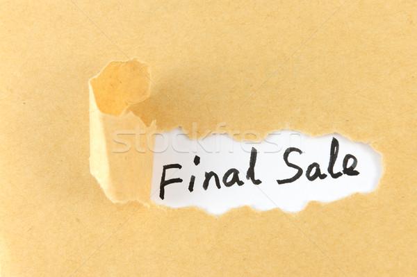 Finale verkoop woorden gescheurd papier achter papier Stockfoto © raywoo