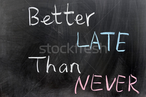 Beter laat nooit woorden geschreven schoolbord Stockfoto © raywoo