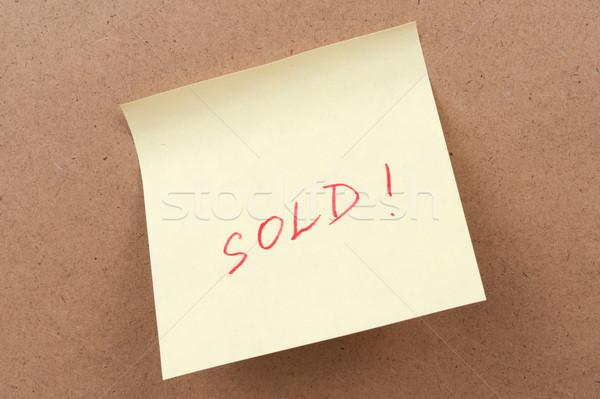 Uitverkocht woord geschreven sticky note papier schrijven Stockfoto © raywoo