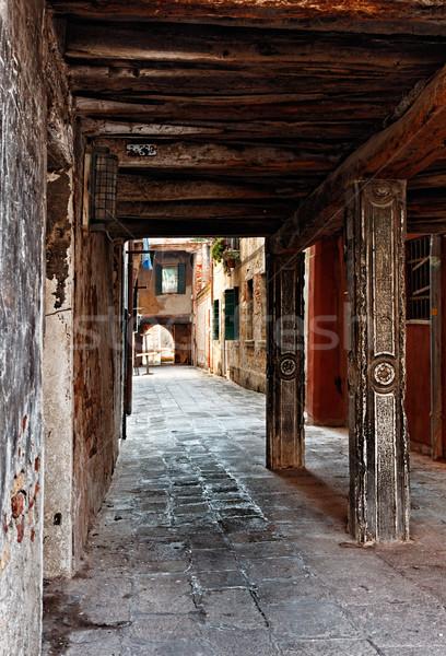 Estrecho pasaje edificios carretera pared calle Foto stock © RazvanPhotography