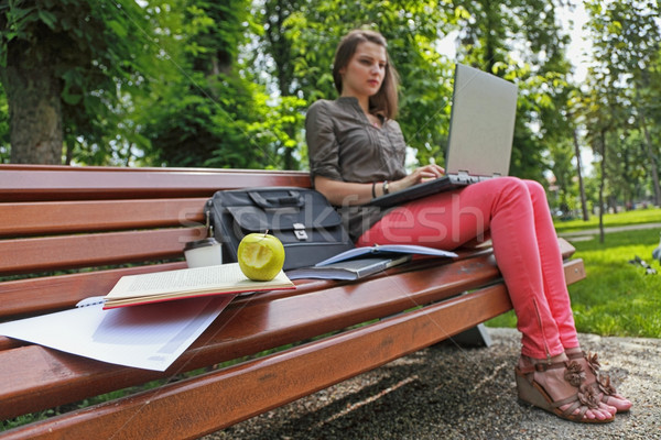 Jeść świeże studia młoda kobieta na zewnątrz parku Zdjęcia stock © RazvanPhotography