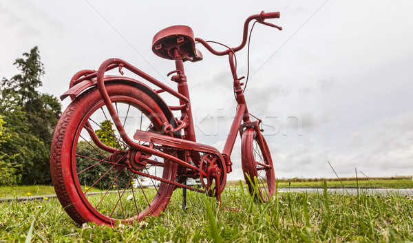 Kırmızı bisiklet yol kenarı küçük paslı boyalı Stok fotoğraf © RazvanPhotography
