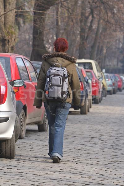 Backpacker meisje rugzak lopen verleden rij Stockfoto © RazvanPhotography