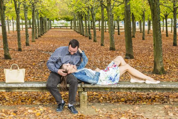 Romántica Pareja parque otono relajante junto Foto stock © RazvanPhotography