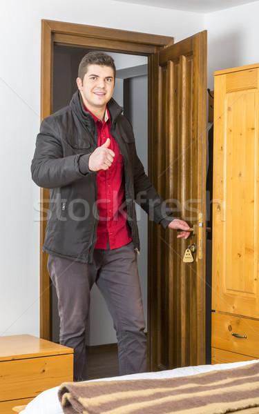 Turísticos albergue habitación jóvenes feliz pulgar Foto stock © RazvanPhotography