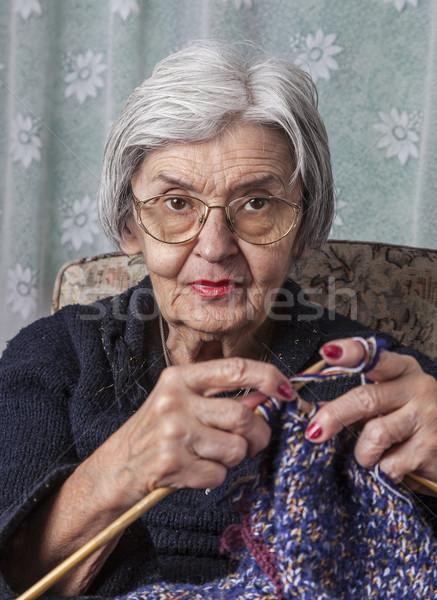 Сумасшедшая пожилая старушка дома сидит