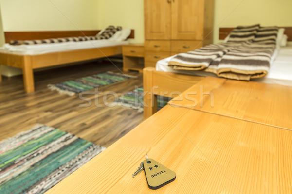 Twee sterren herberg sleutel kamer houten tafel Stockfoto © RazvanPhotography