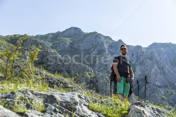 Wandelaar bergen jonge man pauze wandelen Stockfoto © RazvanPhotography