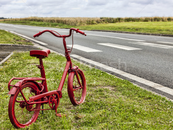 Rood fiets kant van de weg klein roestige geschilderd Stockfoto © RazvanPhotography