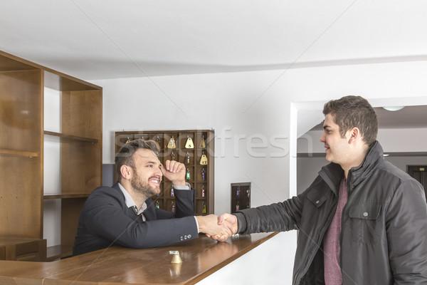 Herberg receptie receptionist cliënt handen schudden bureau Stockfoto © RazvanPhotography