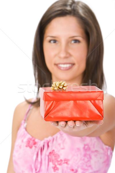 Czerwony szkatułce młodych brunetka oferowanie skupić Zdjęcia stock © RazvanPhotography
