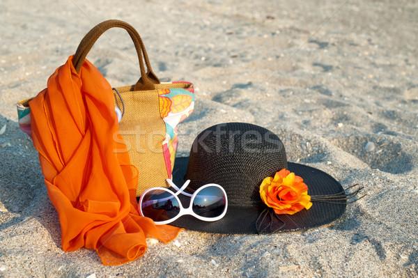 Foto stock: Verão · chapéu · de · palha · óculos · de · sol · cachecol · praia