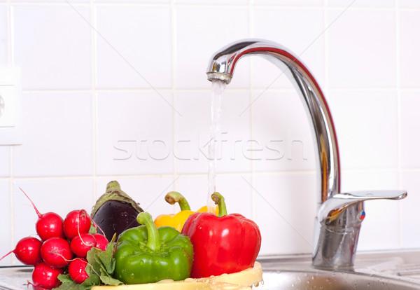 Legumes frescos afundar mão cozinha verde vermelho Foto stock © razvanphotos
