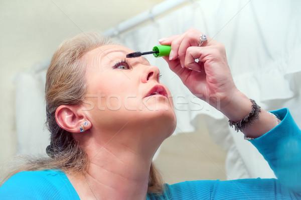Középkorú felnőtt nő jelentkezik smink érett nő fürdőszoba Stock fotó © rcarner