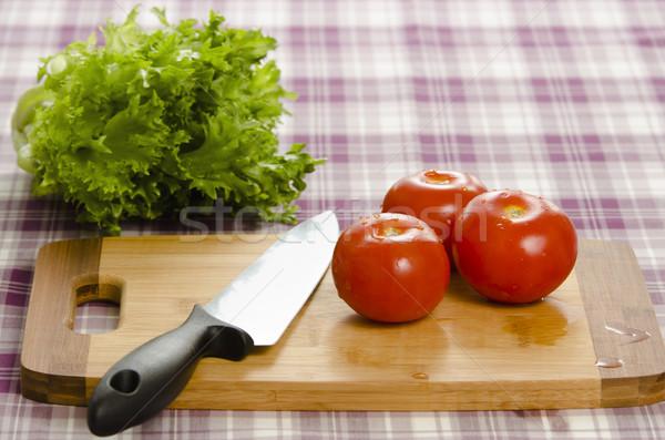 Pomidory sałata tabeli deska do krojenia nóż zdrowych Zdjęcia stock © Reaktori