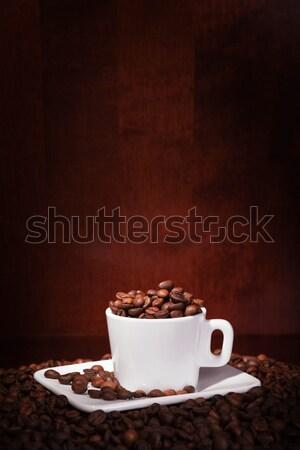 Xícara de café grãos de café escuro preto copo branco Foto stock © restyler