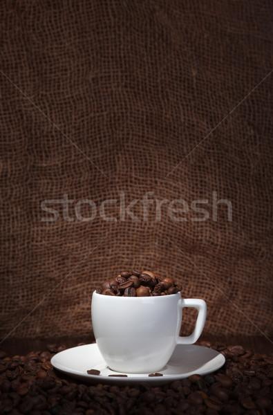 Kahve fincanı kahve çekirdekleri karanlık tablo kafe kahvaltı Stok fotoğraf © restyler