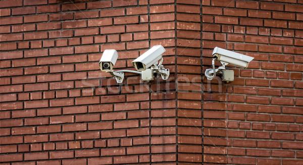 Caméras trois mur de briques bâtiment mur Photo stock © reticent