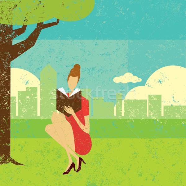 Mulher leitura fora livro árvore linha do horizonte Foto stock © retrostar