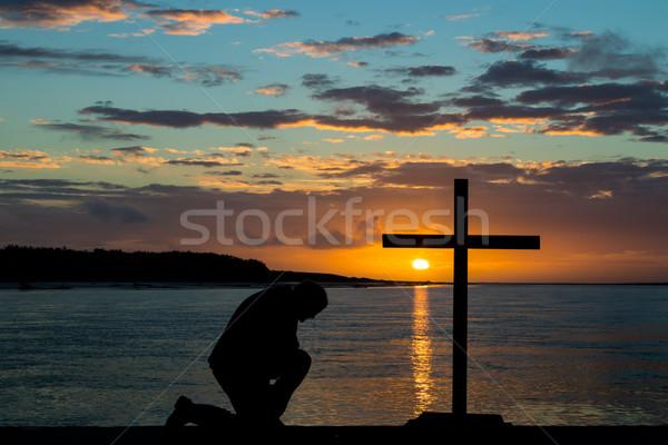 Térdel kereszt fekete férfi naplemente folyó Stock fotó © rghenry