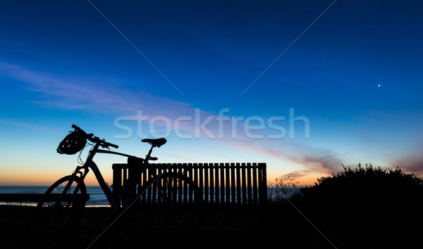 Fiets zonsondergang hemel cyclus strand kant Stockfoto © rghenry