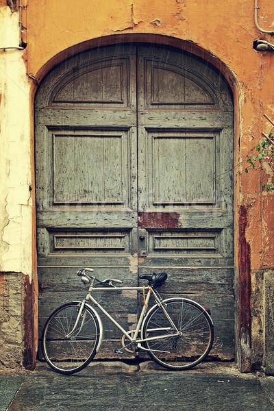 Bisiklet eski ahşap kapı dikey görüntü Stok fotoğraf © rglinsky77