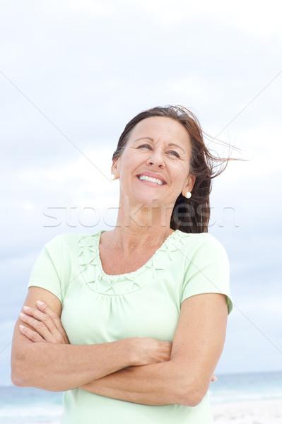 ストックフォト: 幸せ · 成熟した女性 · ビーチ · 肖像 · 魅力的な · 立って