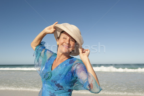 Portret gelukkig rijpe vrouw geïsoleerd hemel elegante Stockfoto © roboriginal