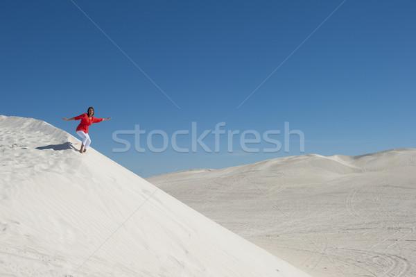 красивой женщину пустыне песчаная дюна довольно Сток-фото © roboriginal