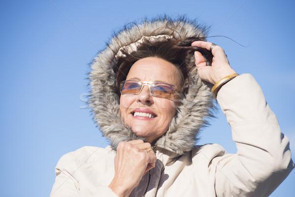 Mooie vrouw warm winter jas portret gelukkig Stockfoto © roboriginal