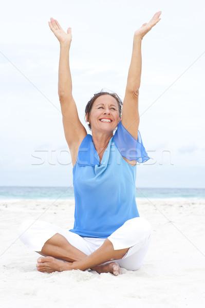 ストックフォト: 肖像 · 楽しい · 成熟した女性 · ビーチ · 魅力的な · 座って