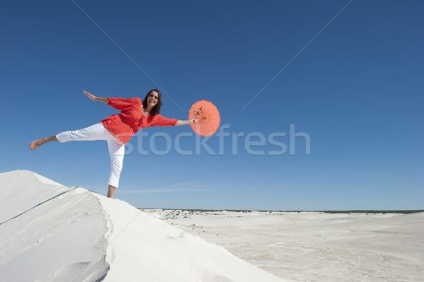 Hermosa mujer madura equilibrio duna panorámica desierto Foto stock © roboriginal