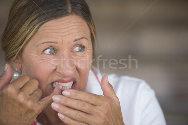 Frau schmerzhaft Zahnschmerzen Porträt anziehend reife Frau Stock foto © roboriginal