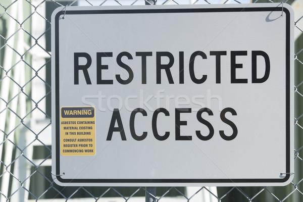 Beperkt toegang teken asbest gebouw hek Stockfoto © roboriginal