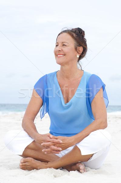 ストックフォト: 肖像 · 幸せ · 成熟した女性 · ビーチ · 美しい · 座って