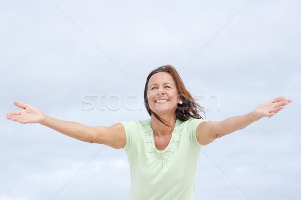 ポジティブ 成熟した女性 オープン 腕 肖像 魅力的な ストックフォト © roboriginal