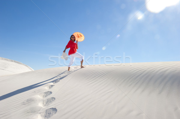 Jolie femme marche up dune de sable été chaleur Photo stock © roboriginal